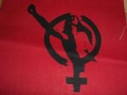 Frauenzeichen mit erhobener Faust